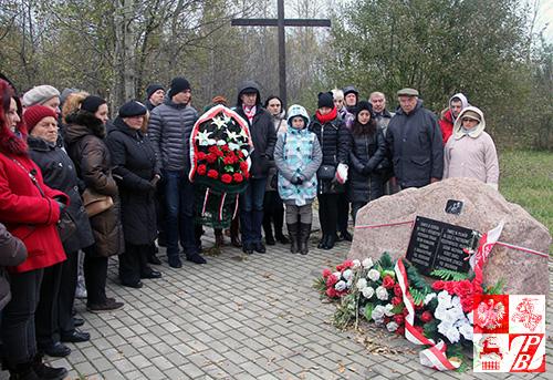Przy pomniku ofiar katastrofy smoleńskiej w miejscu tragedii