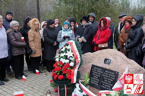 Modlitwa przy pomniku ofiar katastrofy lotniczej pod Smoleńskiem