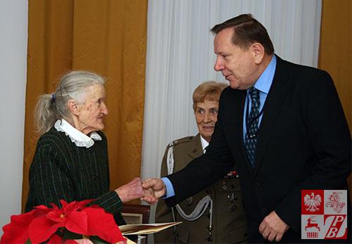 Wysokiego wyróżnienia gratuluje Bronisławie Kulłowicz konsul generalny RP w Grodnie Jarosław Książek