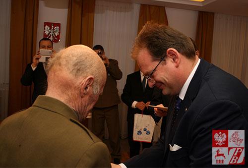 Z rąk ministra Kasprzyka medal otrzymuje Edmund Lebiedź