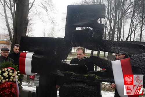 minister_cmentarz_krzyz_katynski2