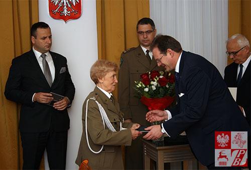 Mjr Weronika Sebastianowqicz odbiera medal w imieniu nieobecnej Ireny Popławskiej