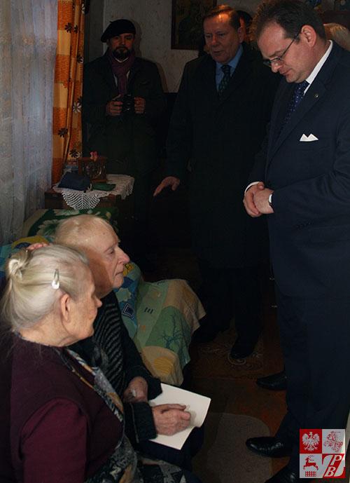 Ostatni żyjący obrońca grodna w 1939 roku wita ministra Jana Jozefa Kasprzyka w swoim domu