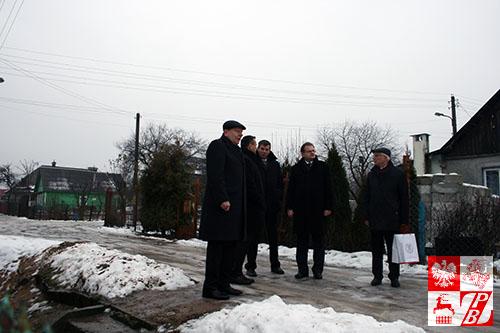 Minister Kasprzyk z osobami towearzyszącymi przybył do domu Kazimierza Tumińskiego