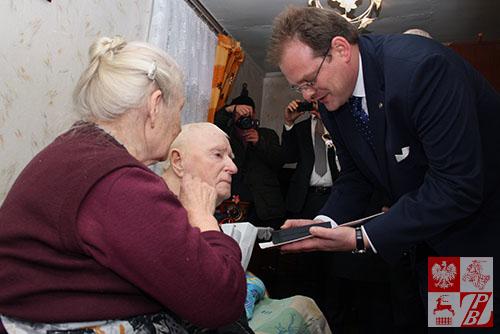 Kazimierz Tumiński otrzymuje medal z rąk ministra Kasprzyka