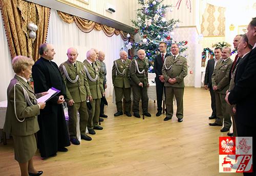 Prezes Stowarzyszenia Żołnierzy Armii Krajowej na Białorusi, mjr Weronika Sebastianowicz wraz ze swoimi kolegami akowcami wita gości przyjęcia opłatkowego