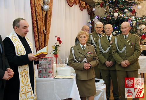 Kapelan akowców na Białorusi, ks. Andrzej Radziewicz inicjuje modlitwę przed lamaniem się opłatkiem