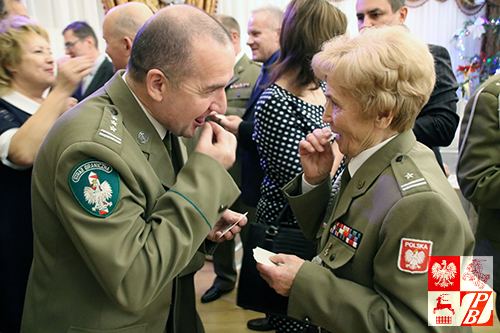 Opłatkiem się łamią: płk Krzysztof Gawęda i mjr Weronika Sebastianowicz