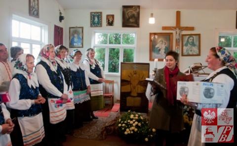 Konsul RP w Grodnie Katarzyna Grzechnik gratuluje zespołowi