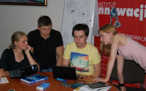 Młodzież próbuje konstruować tekst prasowy