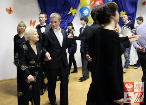 Wraz z uczniami tańczy wieloletnia dyrektor Polskiej Szkoły Społecznej im. Tadeusza Reytana Elżbieta Dołęga-Wrzosek