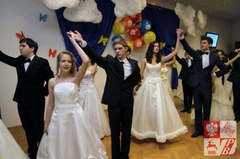 """Maturzyści tańczą """"Polonez"""""""