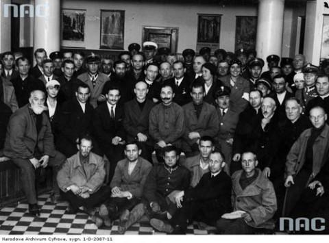 Grupa uchodźców z ZSRS w sali dworca w Stołpcach Fot.: NAC
