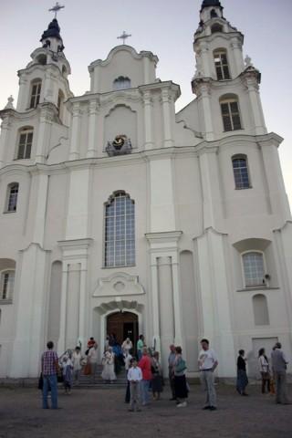 Iwieńczanie gromadzą się przy Białym kościele, aby uczcić 70. rocznicę powstania