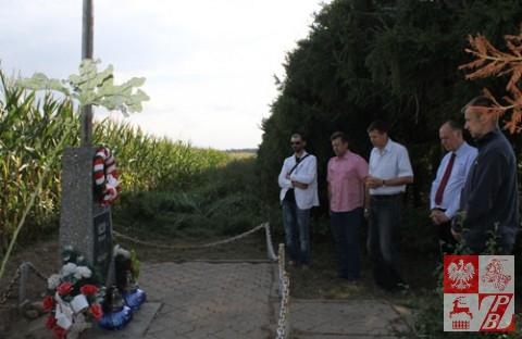 Przy krzyżu poległym w Bitwie nad Niemnem. Krzyż stoi niedaleko miejscowości Feliksowo (rejon lidzki)