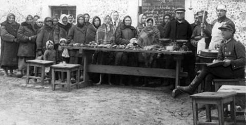 Obiad dla dzieci z rodzin wielodzietnych, ufundowany przez KOP-istów. Fot.: istpravda.ru