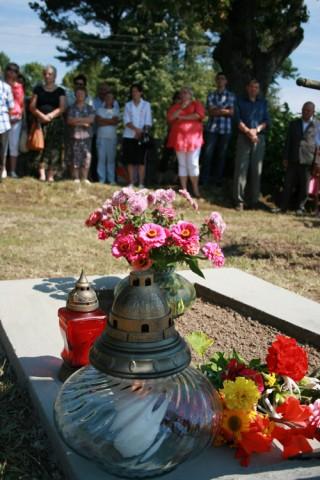 Roś. Modlitwa przy pomniku żołnierzy Wojska Polskiego poległych w latach 1919-1920