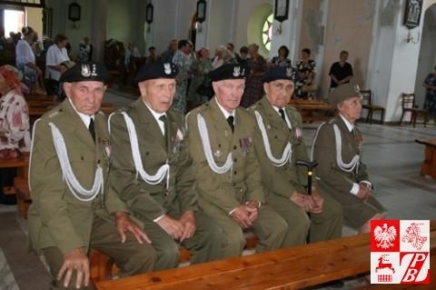 Kombatanci w kościele w Sołach, tuż po zakończeniu mszy św. w intencji poległych żołnierzy AK