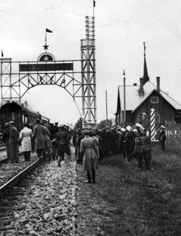 Po prawej - strażnica sowiecka. Zdjęcie z początku lat 1930. Fot.: istpravda.ru