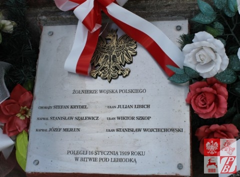 Tablica upamiętniająca poległych. W kwaterze na cmentarzu w Szczuczynie