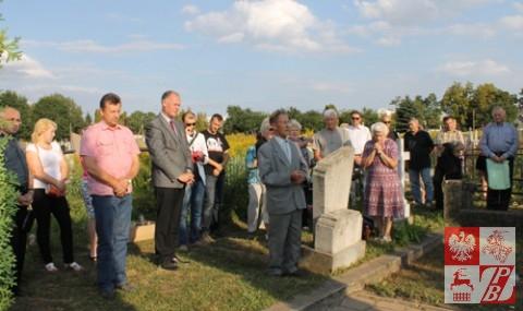 Na cmentarzu w Szczuczynie przy kwaterze poległych żołnierzy