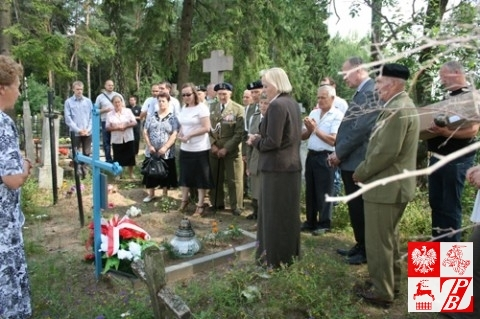 Modlitwa przy grobie żołnierza AK
