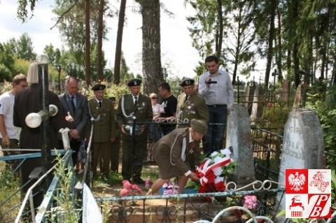 Prezes Stowarzyszenia Żołnierzy AK na Białorusi Weronika Sebastianowicz składa wieniec na grobie poległego  towarzysza broni Lewona Żuka