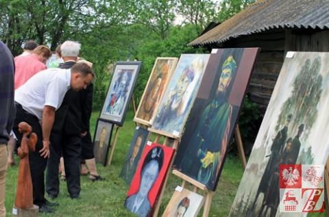 """Podczas wystawy w dniu poświęcenia krzyża ku czci Anatola Radziwonika """"Olecha"""" w Raczkowszczyźnie"""
