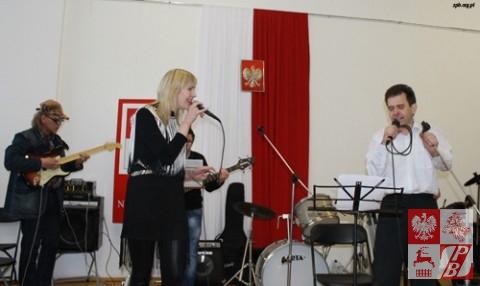 Polskie przeboje gra zespół instrumentalny