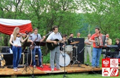 Śpiewa grodzieńska kapela podwórkowa pod kierownictwem Henryka Sajkowskiego