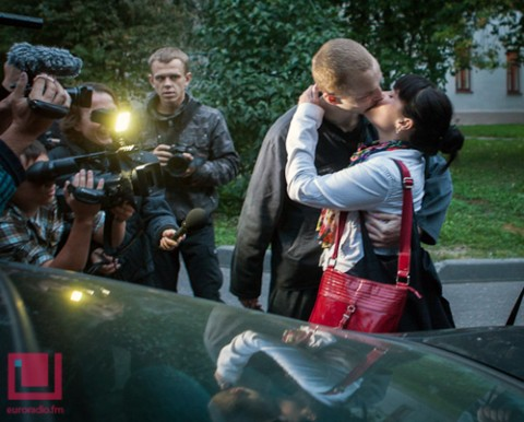 Pierwszy pocałunek kochającego się małzeństwa po długiej rozłące, fot.: euroradio.fm