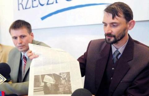 """Sierpień 2005 roku - konferencja prasowa w redakcji dziennika """"Rzeczpospolita"""". Rzecznik prasowy ZPB Andrzej Pisalnik demonstruje gazetę """"Nasza Niwa"""" ze zdjęciem zatrzymywanego przez milicję Zmiciera Daszkiewicza (trzyma kartkę z napisem """"Andżelika Borys, my z wami!"""") podczas protestu w obronie ZPB w Mińsku, za który mlodzieżowy lider otrzymał 10 dni aresztu, fot.: """"Rzeczpospolita"""""""