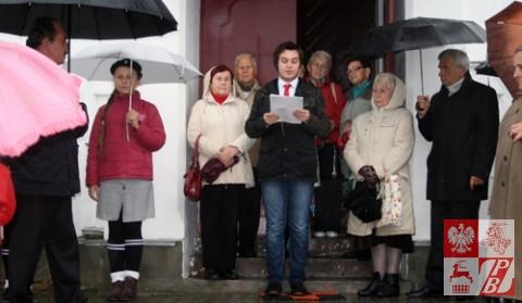 Aleksander Kisiel, absolwent Szkoły Społecznej przy ZPB w Grodnie odczytuje informację o obronie Grodna