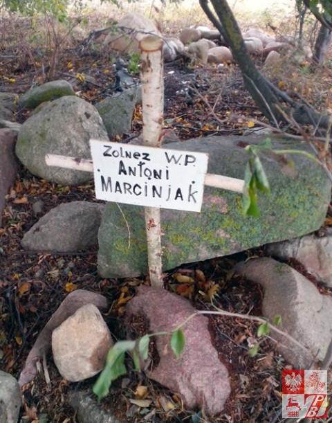 Prowizoryczny grób żolnierza i krzyż symboliczny, postawiony przez Aleksandra Liaszuka