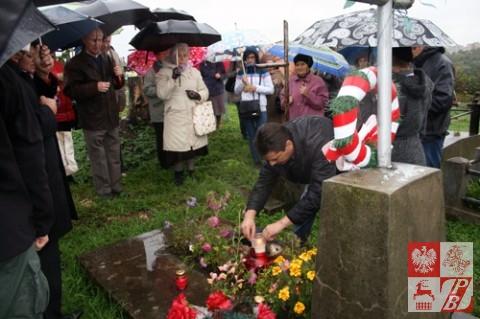 Przy grobie Janusza Budzanowskiego, harcerza, 16-letniego obrońcy Grodna