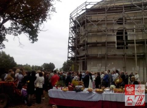 Wierni z dekanatu brzeskiego licznie się gromadzili przy odnawianej świątyni