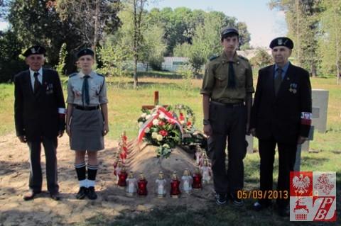 Warta honorowa kombatantów i harcerzy przy grobie Antoniego Marciniaka