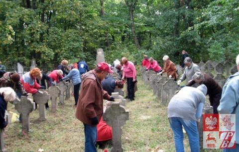 Sprzątanie cmentarza w Nowym Świerżeniu