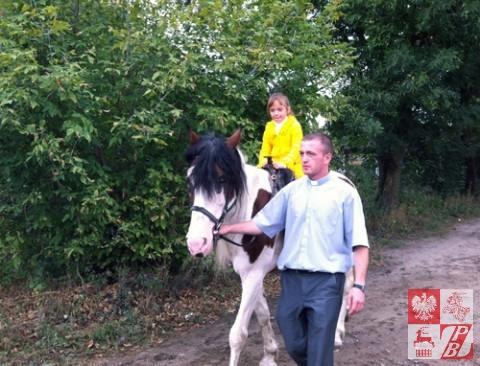 Proboszcz wołczyński, ks. Jerzy Mieduszewski zorganizował dzieciom atrakcję w postaci przejażdżek na koniu