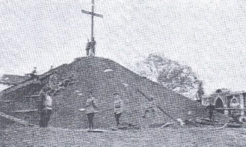 Podczas budowy Kopca Dobrowczyków, 1918 r.