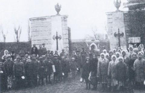 Mieszkańcy Bobrujska przy Bramie Śłuckiej twierdzy, 1918 r.