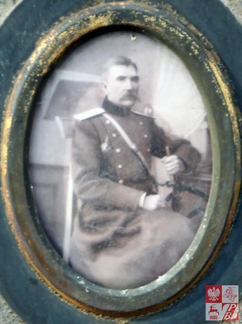 Generał major Bernard Wojciedzki, foto z pomnika na grobie