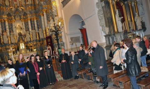 Konsul generalny Andrzej Chodkiewicz dziękuje zgromadzonej publiczności, ks. biskupowi i artystom, fot.: KGRP w Grodnie