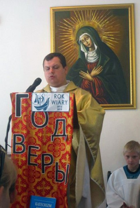 Ksiądz proboszcz Paweł Zwierzyński, fot: vk.com/suchombaewo