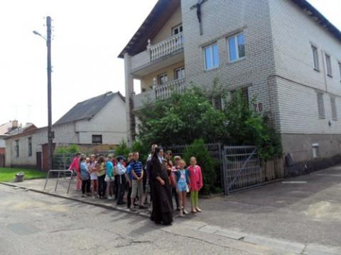Budynek, w którym meści się kapliczka i salka katechetyczna, służące parafianom, fot. vk.com/suchombaewo