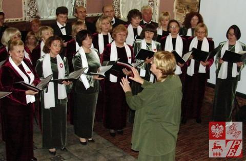 """Śpiewa chór """"Polonez"""" pod kierownictwem Janiny Bryczkowskiej"""