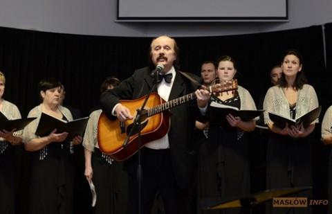 """Na scenie chór """"Głos znad Niemna"""" i jego solista Mikołaj Żurniewicz"""