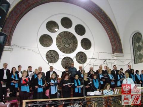 """chór """"Społem"""" śpiewa jako chór kościelny"""