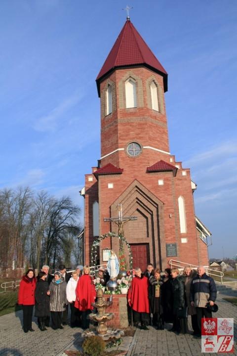 Goście z Mińska na tle świątyni w klecku