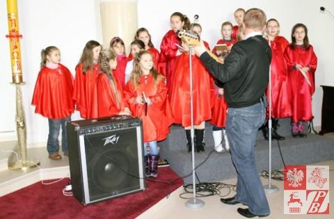 Występ dzieci z parafii Matki Boskiej Częstochowskiej
